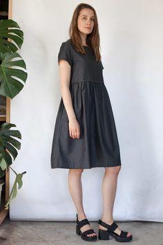 Короткое серое платье с кулиской в елочку