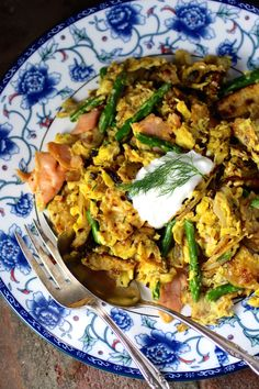 Savory Matzo Brei with Asparagus and Smoked Salmon - Taste With The Eyes Israeli Recipes, Israeli Food, Jewish Recipes, Seafood Diet, Fish And Seafood, Seafood Recipes, I Want Food, Hot Sausage, Kosher Recipes