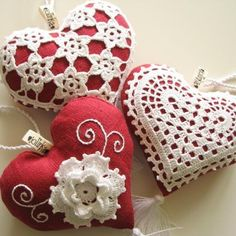 There are no patterns that I can find on this page, but there are lots of hearts with lovely crochet for inspiration. Crochet Sachet, Crochet Gifts, Crochet Motif, Crochet Flowers, Knit Crochet, Crochet Patterns, Crochet Hearts, Crochet Ideas, Valentine Heart