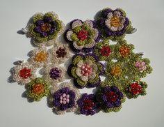 Depois de criar várias flores de crochê, o que fazer com elas? Se você é fissurada em moda e em acessórios em geral, vou aqui mostrar que existe um leque de opções criativas sobre o que fazer com essas flores de crochê. As flores não precisam necessariamente ser iguais. Nem do mesmo tamanho. Elas podem ...