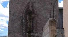 Aparece una supuesta silueta de la Virgen de Guadalupe en la pared de una casa en México