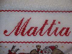 Mani di Dani: Bavaglino ricamato a mano con nome Mattia Cross Stitch Baby, Mani, Kids And Parenting, Dory, Punto De Cruz, Dots, Patterns, Needlepoint, Manualidades