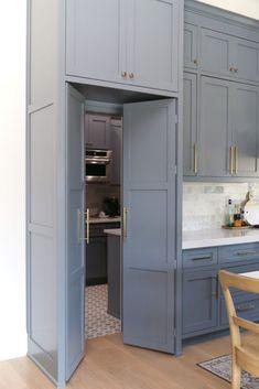 Kitchen Pantry Design, Prep Kitchen, Modern Kitchen Design, Home Decor Kitchen, Kitchen Interior, Home Kitchens, Kitchen With Pantry, Closed Kitchen Design, Bathroom Interior