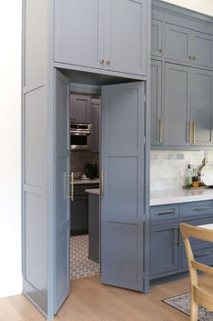 Kitchen Pantry Design, Prep Kitchen, Home Decor Kitchen, Kitchen Dining, Kitchen Cabinets, Kitchen With Pantry, Closed Kitchen Design, Kitchen Cabinet Door Styles, Pantry Room