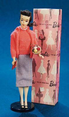 "No. 3 Barbie (1960) wearing ""Sweater Girl.""  These ""pink boxed"" vintage Barbie dolls are some of the rarest la pieza la caja y muy buscada primera totalmente vestida no vendida al publico en general era para las tiendas."