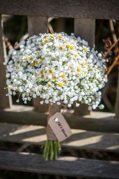 daisy and baby's breath bouquet Daisy Wedding, Wedding Flowers, Diy Flowers, Boquette Wedding, Trendy Wedding, Wedding Reception, Wedding Simple, Wedding Country, Simple Flowers
