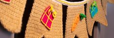 Sinterklaas Slinger - Gratis Haakpatroon - Wolplein.nl | Alles voor breien en haken! Diy Crochet, Friendship Bracelets, December, Winter, Everything, Craft Work, Winter Fits, Winter Fashion