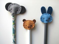 Tutorial: felt pencil toppers (My son would love this. Yarn Crafts, Felt Crafts, Diy Party Bags, Diy Crafts For Kids, Arts And Crafts, Sewing Projects, Craft Projects, Felt Projects, Pencil Toppers