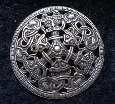 Borre style Borre style evolved at the latest c. 850 and was still used in the late century. This art style was popular in areas settled by the Vikings. Borre style was mainly employed to decorate jewelry, belt-fittings and woodwork. Viking Designs, Celtic Designs, Viking Jewelry, Ancient Jewelry, Iron Age, Gripping Beast, Viking Reenactment, Viking Culture, Viking Life