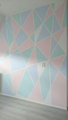 Huize Toet ; kamer van Amy. Geometrische muur met pastelkleuren.