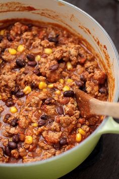 This easy turkey, corn, and black bean chili is ready in under an hour with just a handful of pantry staples! Make it on the stovetop or in the crock pot. Chili Recipe With Black Beans, Black Bean Chili, No Bean Chili, Chili Chili, Easy Turkey Chili, Venison Chili, Chili Recipes, Chili With Corn Recipe, Soup Recipes