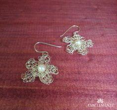 Pendientes con forma de flor realizados en hilo de plata y perlas. EVACLEMENTE. Textiles, Diy Jewelry, Crochet Earrings, Crochet Patterns, Drop Earrings, Metal, Flower, Textile Jewelry, Pearls