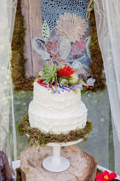 tropical inspired cake, photo by Brooke Michaelson http://ruffledblog.com/out-of-africa-inspiration-shoot #weddingcake #cakes