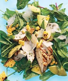 grilled chicken and corn salad with avocado & parmesan Gegrillter Hähnchen-Mais-Salat mit Avocado & Parmesan Real Simple Recipes, Salad Recipes, Healthy Recipes, Corn Recipes, Dinner Recipes, Avocado Recipes, Fruit Recipes, Jai Faim, Avocado Salat