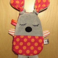 Doudou plat - gris rose orange - réservé Sewing Projects For Kids, Sewing For Kids, Baby Sewing, Sewing Crafts, Baby Couture, Couture Sewing, Doll Sewing Patterns, Sewing Dolls, Baby Staff