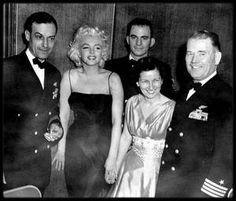 """31 Mars 1955 / Marilyn est invitée par les marins de """"l'USS Bennington"""" au grand ballroom de l'Hotel Astor sur Time square, N Y ; Marilyn se fit attendre pendant 3 heures..."""