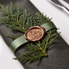 So chic and so simple ! Loving this Noel wax seal for a Winter napkin and table decoration ideas. Christmas Place, Noel Christmas, Christmas Wedding, Christmas Themes, Christmas Crafts, Christmas Decorations, Elegant Christmas, Beautiful Christmas, Christmas Gift Wrapping