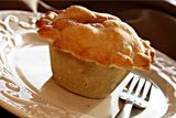 Mini Apple Pie - Once again, it's not for a pie maker (just a muffin tin) but it would be very easy to adapt it to my new toy. She has an especially good recipe for apple pie filling too. Yummy Treats, Delicious Desserts, Sweet Treats, Yummy Food, Eggless Desserts, Mini Apple Pies, Mini Pies, Great Recipes, Favorite Recipes