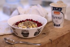 Overnight oats is a great choice for easy breakfast! You can prepare it in the evening and just enjoy it the next morning. Add some Berrie to get more flavour!  This is how overnight oats is made: - 1 cup of oatmeal - one cup of liquid (e.g. soy milk) - 1 cup texture (e.g. banana or curd)  - 1 tablespoon of taste (e.g. cinnamon or honey).   Stir ingredients together and keep in the fridge overnight and enjoy the next morning!