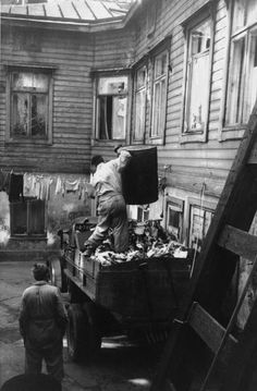 Soptunnor töms på sopbilens flak i Rödbergen. Foto Eino Heinonen. Helsingfors stadsmuseum.