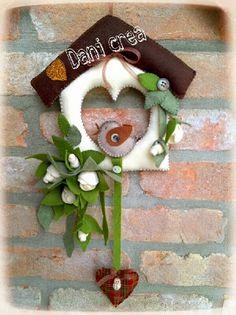 Boccioli di rosa bianca si arrampicano su una piccola casetta , dove il cinguettio di un uccellino annuncia la nuova stagione.....          ...