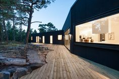 Wrapping a wooden patio around the rocks. Villa Blåbär / pS Arkitektur