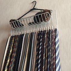 自分の生活スタイルに合ったものと思い、敢えて自作しました。材料は、ダイソーで購入し、要した費用は僅か300円程度、15分で完成デス。 『①使い終わった後の収納が簡単、②選びやすい、③取り出しやすい、④場所をとらない、⑤見た目がきれい』の5つの条件をかなえてくれました。 Tie Hanger, Hacks Diy, Getting Organized, Clothes Hanger, Home Organization, Keep It Cleaner, Cleaning, Diy Crafts, Storage