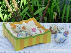 Decoupage can be used to decorate and create beautiful home accessories to make the Easter table absolutely unique. Here are three handcrafted suggestions from us. Easter Table, Easter Eggs, Decoupage Ideas, Home Accessories, Basket, Tutorials, Smile, Yellow, Green