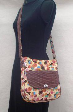 5705f90d2 Bolsa transversal/ tiracolo Confeccionada em tecido 100% algodão estampa de  Cupcake e detalhes marrom
