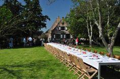 't Hof Welgelegen op een romantische voormalige buitenplaats in Middelburg. Een gedekte lange tafel in de boomgaard.