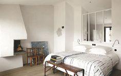 A Ars en Ré, on installe une verrière pleine de cachet pour renouveller la déco de chambre - Nouvelle déco pour une chambre Côté Ouest - CôtéMaison.fr