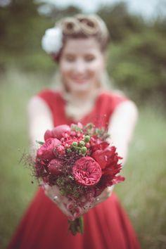 © La Paire de Cerises - Shooting inspiration 50's - Ambiance Rockabilly en rouge - Le Blog de Madame C #1 Red Wedding, Wedding Photos, Madame C, Rockabilly Pin Up, Marie, Inspiration, Art Floral, Bouquets, Photo Ideas