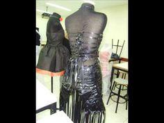 Vestido elaborado con materiales reciclados.