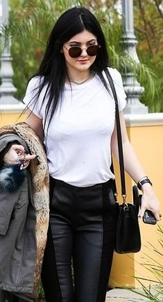 Kylie Jenner / street style : leather leggings, white top, Céline nano