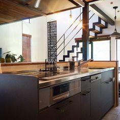 Akiraさんの、ビンテージ,ヴィンテージ,新築,階段,ステンシル,ハンドメイド,DIY,男前,北欧,照明,アンティーク,バスロールサイン,リクシルキッチン,ロールサイン,鉄骨階段,無垢の床,ペンダントライト,ペンダントランプ,タイル貼り,ブラインド 木製,グレー,キッチン,のお部屋写真