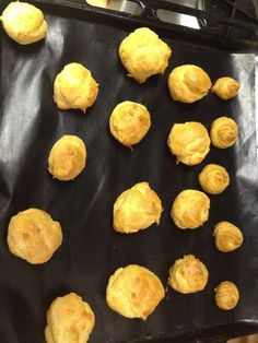 Pour 20 chouquettes environ: 250 ml d'eau (250gr) 80g de beurre 1/2 c à café de sel 250ml de farine (125gr) 3 oeufs Perles de sucre/...