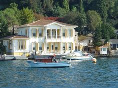 NURİ PASHA YALİ on the Bosphorus, Rahmi Koç lived here. After he moved to Ostrorog Yali in Kandilli, Ali Koç began to live. Beautiful Homes, Beautiful Places, Visit Turkey, Summer Palace, Waterfront Homes, Luxury Homes Interior, Art And Architecture, Seaside, House Styles