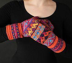 Inspirationen till dessa vantar fick designern Tori Seierstad under en… Tromso, Knitting Socks, Knit Socks, Fingerless Gloves, Arm Warmers, Ravelry, Crochet Necklace, Pattern, Fashion