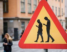 Pedoni che camminano sempre più scrivendo messaggi o con lo sguardo rivolto sugli smartphone. In Germania installati semafori nella pavimentazione stradale affinché i pedoni che guardano costantemente verso terra, riescano a vedere i segnali luminosi.