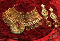 India is a land of rich and varied cultures. Mahadev Gold & Diamonds captures the essence of these varied and lavish Indian traditions and the jewellery specifi Diamond Jewelry, Gold Jewelry, Antique Jewelry, Antique Necklace, Diamond Necklaces, Jewelry Shop, Jewelry Making, Metal Clay Jewelry, Gold Jewellery Design