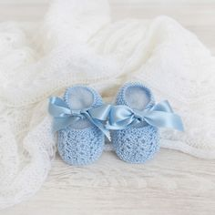 Merceditas con lazo - Alittledress Crochet For Boys, Crochet Baby Booties, Knitting For Kids, Baby Knitting, Little Boy Blue, Knitted Booties, Yarn Inspiration, Baby Wearing, Slipper