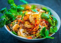 Krewetki lubią wyraziste dodatki, dlatego usmażcie je ze srirachą i podajcie w pikantnej sałatce z imbirowym dressingiem. Shrimp, Meat, Ethnic Recipes, Food, Drink, Beverage, Essen, Meals, Yemek