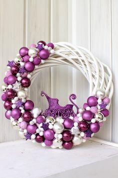 Love this purple winter Wreath Noel Christmas, Christmas Colors, Christmas Projects, All Things Christmas, Christmas Ornaments, Christmas Tables, Coastal Christmas, Wreath Crafts, Diy Wreath