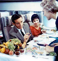 Après la sérieVintage Airline, je vous propose de plonger une nouvelle fois dans l'âge d'or de l'aviation avec une série de photographies documentan