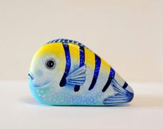 Painted stone sasso dipinto a mano. Tropical fish by OceanomareArt Pebble Painting, Pebble Art, Stone Painting, Rock Painting Ideas Easy, Rock Painting Designs, Stone Crafts, Rock Crafts, Painted Rock Animals, Painted Rocks