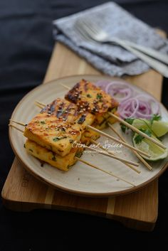 Pan grilled paneer with sriracha, honey, garlic, lime and coriander, a quick and easy party starter Paneer Snacks, Paneer Dishes, Veg Dishes, Paneer Recipes, Indian Food Recipes, Indian Snacks, Easy Brunch Recipes, Snack Recipes, Dessert
