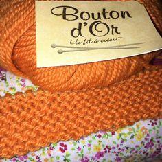 #tricot #tricoter #tricoteur #tricoteuse #lainepeignée #acrylique #boutondor  #tradition #coloquinte #aiguillesdroites6mm #caramelchotricote #unplaidpourcaramelcho #pointmousse #pointmousseaddict #tricotaddict #knit #knitting #knitaddict by caramelcho