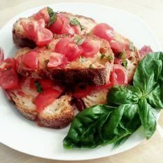 Bruschetta pomodoro e basilico... tradizione, equilibrio e gusto in un piatto solo :)