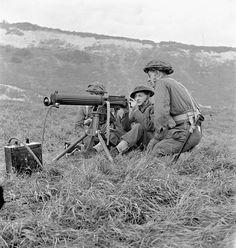 Soldiers of Princess Patricia's Canadian Light Infantry firing a Vickers machine gun during a training exercise, Eastbourne... / Des soldats du Princess Patricia's Canadian Light Infantry s'entraînent au tir à la mitrailleuse Vickers à Eastbourne...