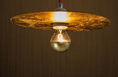 Gold records for all ! The clever hanging lamp is suitable for well , it 's a recycled product and consists of a gilded record and a 6 -watt LED. A real green design in gold so. Golden Memory is not just golden, but also dimmable , and who do not always have the same plate which engages the variant as wall lamp - you can never have enough gold records on the wall.